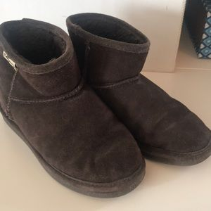 Used condition Bearpaw booties Size 6 in brown